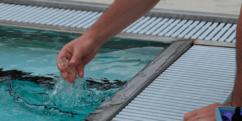 persona de mantenimiento de piscina realizando control sanitario de agua