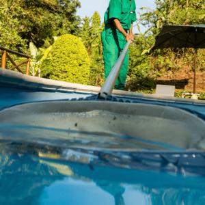 Operario de mantenimiento de piscinas pasando cazamariposas