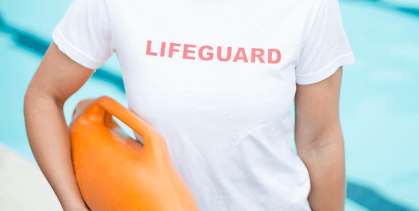 posado de socorrista chica con utensilio de salvamento en la mano izquierda