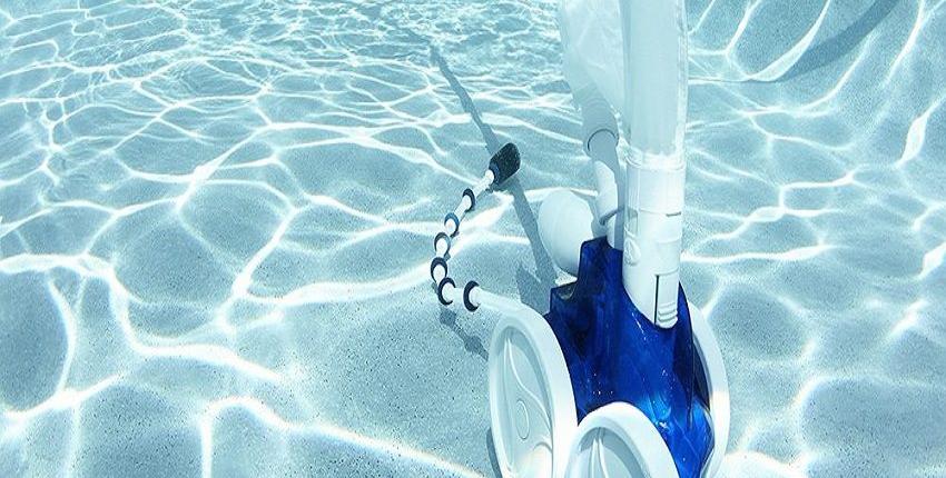 Robot limpiafondos de piscina en el fondo realizando labores de limpieza