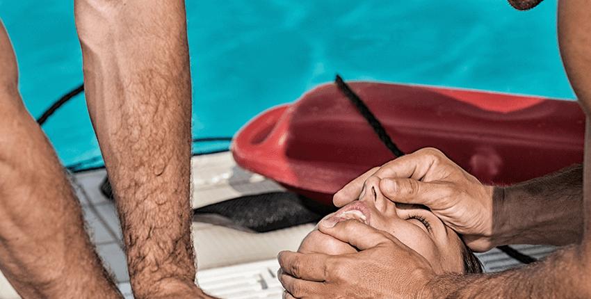 dos socorristas realizando maniobras de resucitacion a victima ahogada