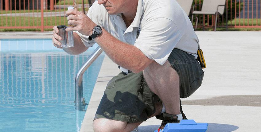 piscinero realizando control olbogatorio de cloro y ph