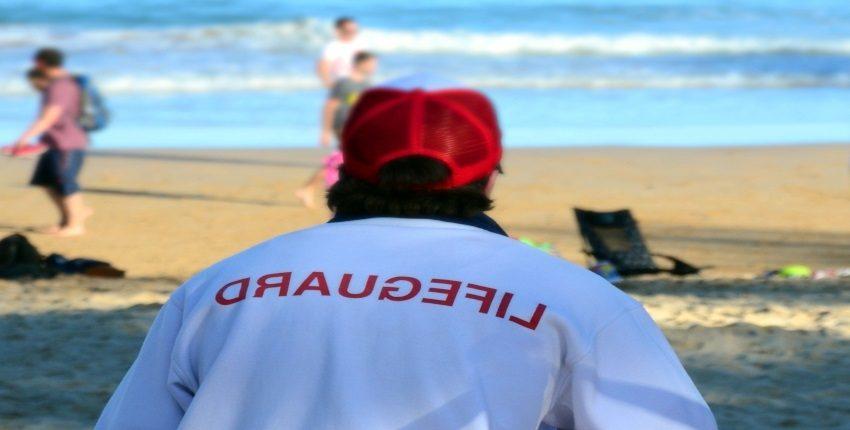joven-socorrista-vigilando-la-playa