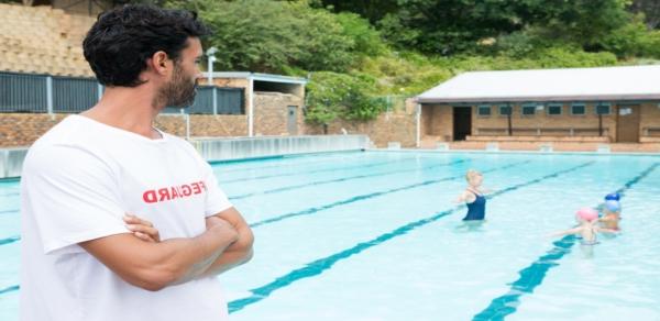 socorrista observando actividad en piscina