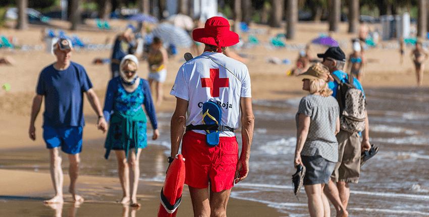 Socorrista cruz roja vigilando la playa